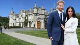 Meghan Markle y el príncipe Harry junto al castillo de Balmoral, en un montaje de JALEOS.
