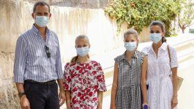 Los Reyes junto a sus hijas, Leonor y Sofía, en agosto de 2020 en Palma de Mallorca.