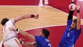 Francia bloquea un tiro de España en el partido de balonmano