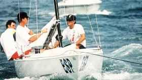 Felipe de Borbón participa en los Juegos Olímpicos  de Barcelona 1992 en Vela, en la clase Soling, junto a Fernando León y Alfredo Vázquez