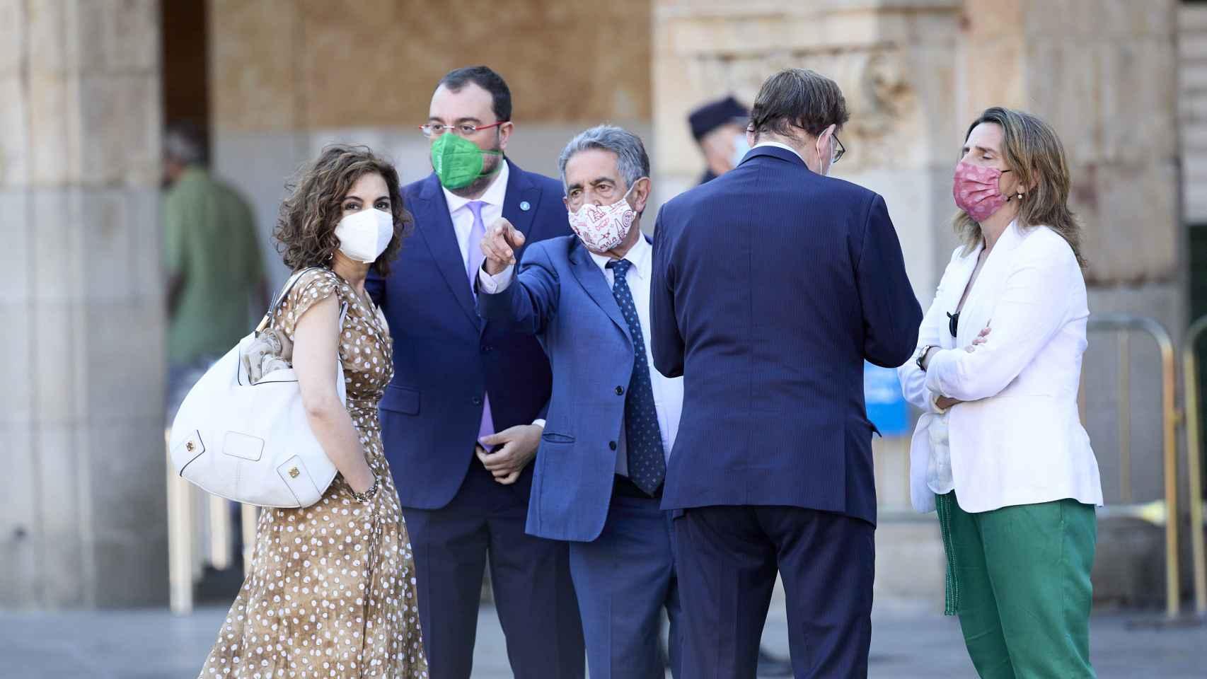 La XXIV Conferencia de Presidentes, en imágenes: vivas al Rey, insultos a Sánchez y ni rastro de Aragonès