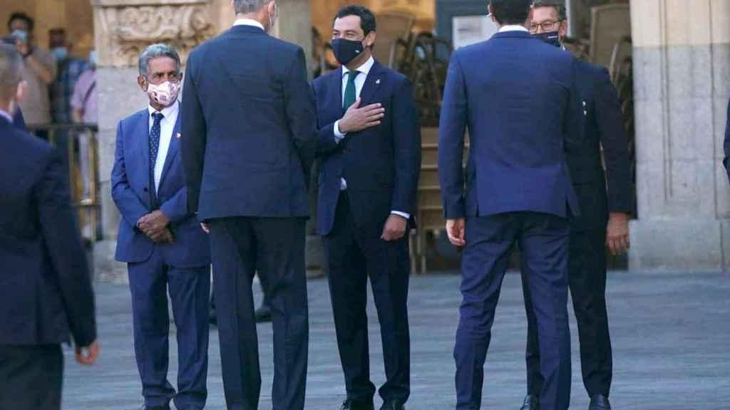 El presidente de la Junta de Andalucía, Juanma Moreno, saluda a Felipe VI con motivo de la XXIV Conferencia de Presidentes.