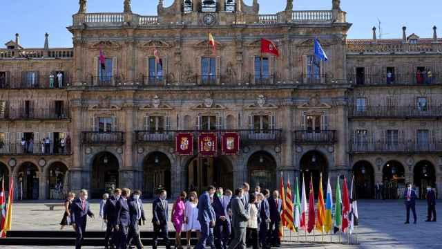 Los presidentes autonómicos junto a Pedro Sánchez, este viernes, en la Plaza Mayor de Salamanca.