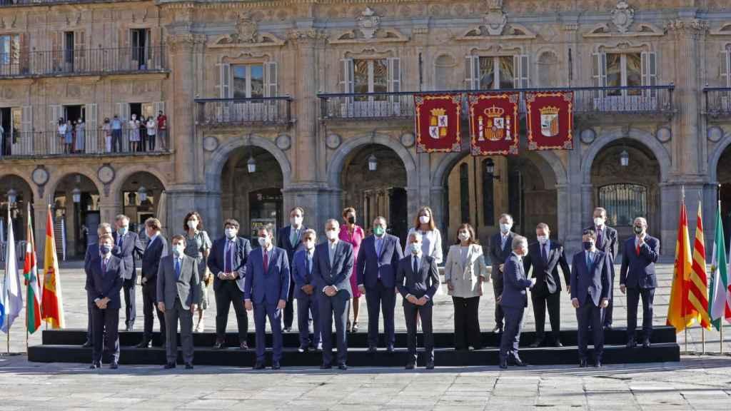 Foto de familia de la XXIV Conferencia de Presidentes, en la Plaza Mayor de Salamanca.