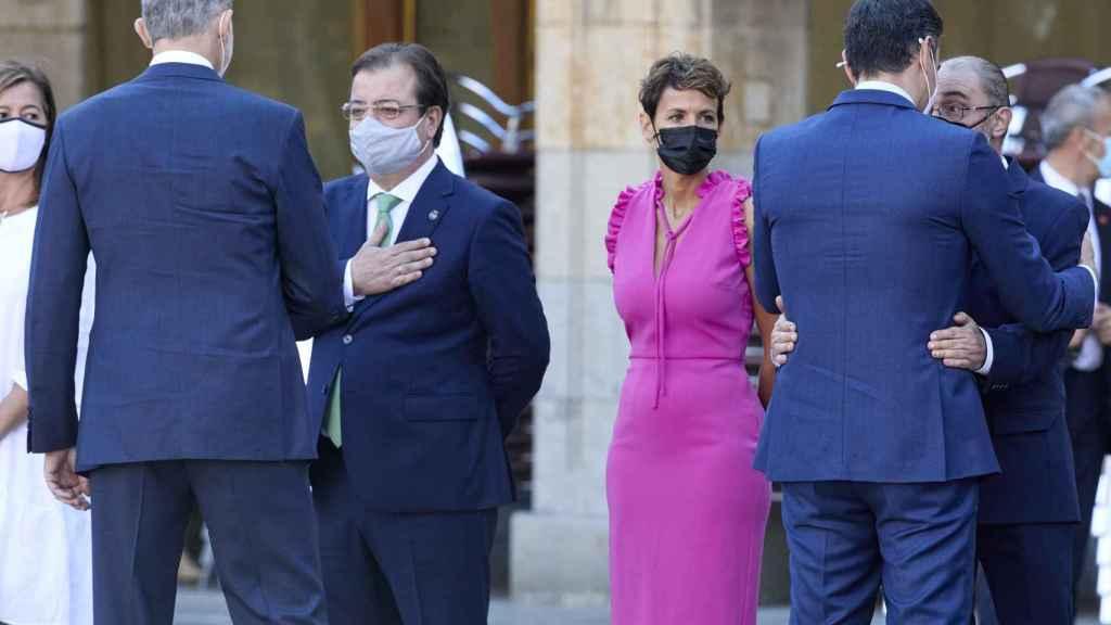 Guillermo Fernández Vara saluda al Rey a su llegada a la XXIV Conferencia de Presidentes.