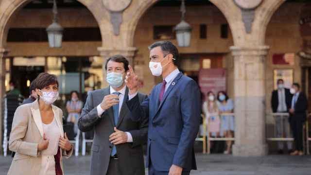 Isabel Rodríguez con Alfonso Fernández Mañueco y Pedro Sánchez a su llegada a la Conferencia de Presidentes.