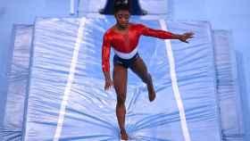 Simone Biles falla en su ejercicio de potro en los Juegos Olímpicos de Tokio 2020.