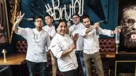El chef Joaquín Serrano y su equipo frente a Inclan Brutal Bar