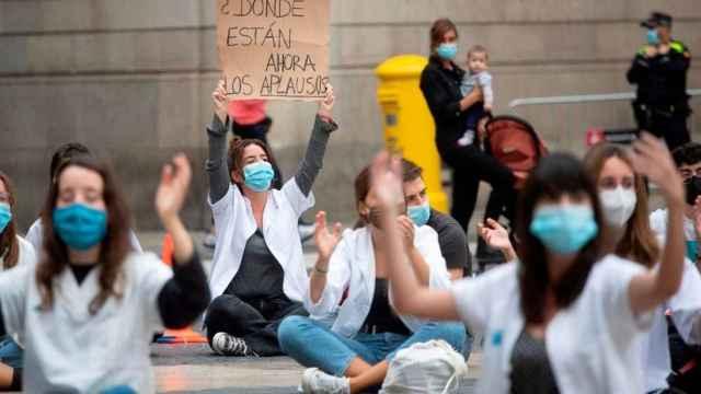 Varios MIR manifestándose en la calle.