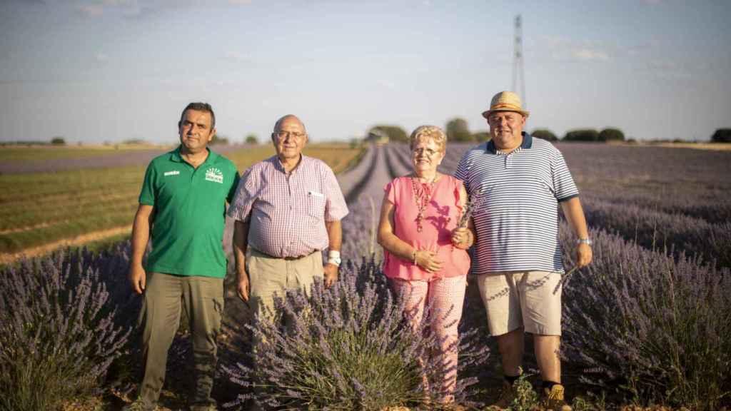 La familia De Lope, cuyo cabeza de familia, Juan José padre (2i), fue el primer agricultor en introducir la lavanda en La Alcarria.