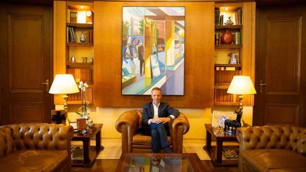Ander Gil posa debajo del cuadro del artista José María Val Citores.