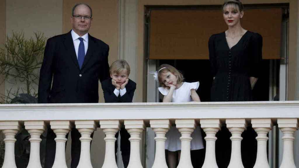 Charlène junto a Alberto de Mónaco y los pequeños, Jacques y Gabriella, en 2019.