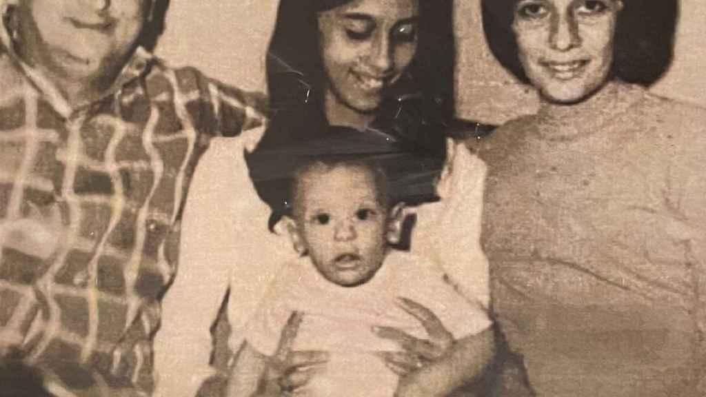 Eduardo López Collazo, junto a sus padres y su hermana.