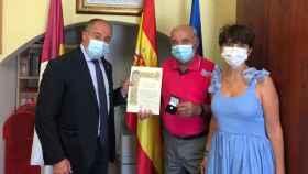 Ángel Moreno Castellanos, nuevo alcalde pedáneo de El Salobra, junto al alcalde de Albacete, Emilio Sáez, y la concejal  Ana Albaladejo