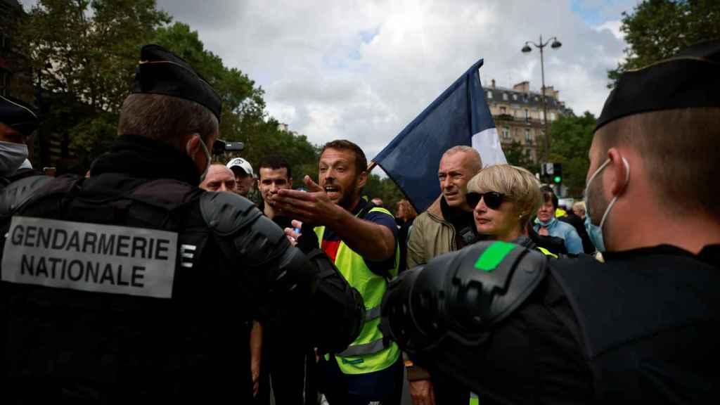 Varios manifestantes encarándose con las fuerzas de seguridad.