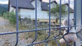 Un osito de peluche recuerda a las víctimas en la puerta del ya clausurado Camping Las NIeves