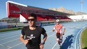Los triatletas noruegos durante su entrenamiento de preparación a Tokio en La Nucía.