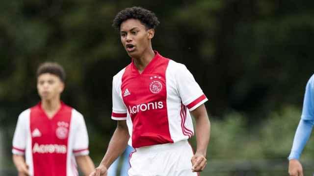 Noah Gresser durante un partido con la cantera del Ajax