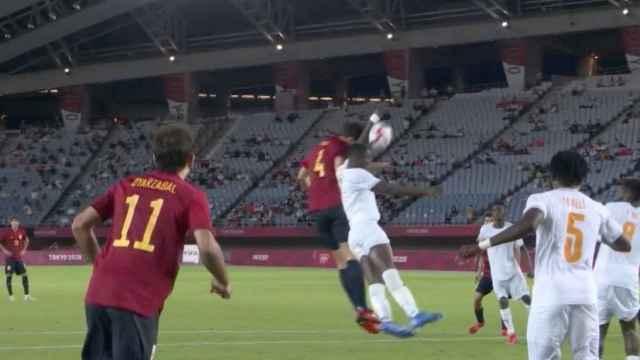 Penalti a favor de España por mano de Costa de Marfil