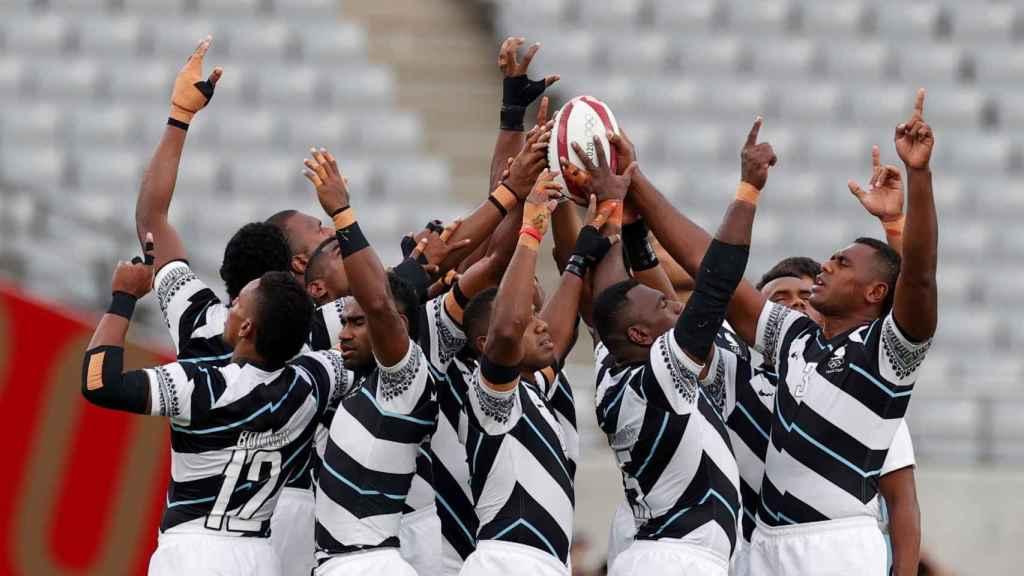 Los jugadores de la selección de Fiyi de rugby celebran la victoria en los Juegos Olímpicos de Tokio 2020