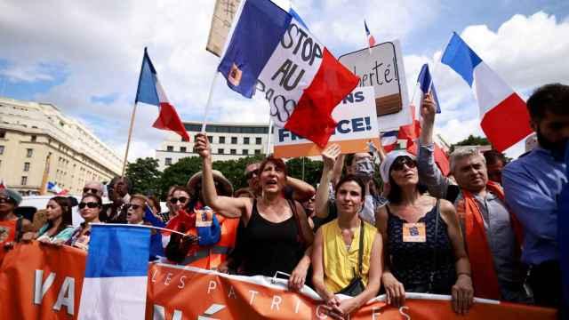 Manifestantes contra el pasaporte Covid en París.