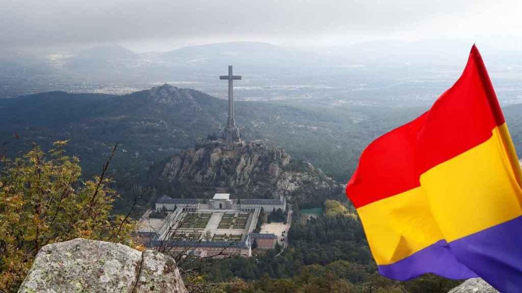 Una bandera republicana con el Valle de los Caídos al fondo.