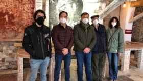Foto junto a la familia de Pedro Mercedes durante una visita municipal en marzo