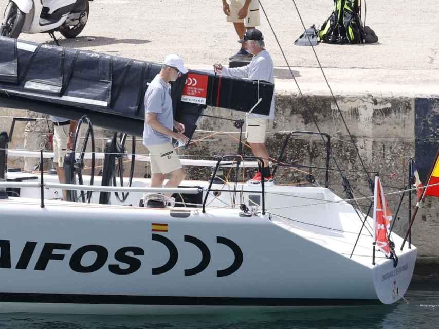Felipe Vi a bordo de la embarcación de la armada AIFOS.