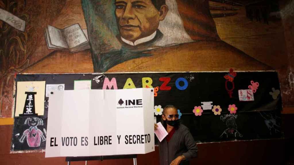 Una mujer vota en la consulta popular mexicana para enjuiciar a los expresidentes.