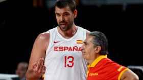 Marc Gasol y Sergio Scariolo conversando en pleno partido
