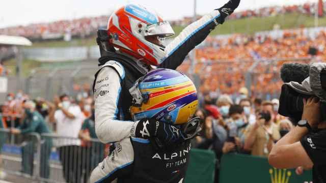 Fernando Alonso alza en brazos Esteban Ocon tras su victoria en el GP de Hungría de F1