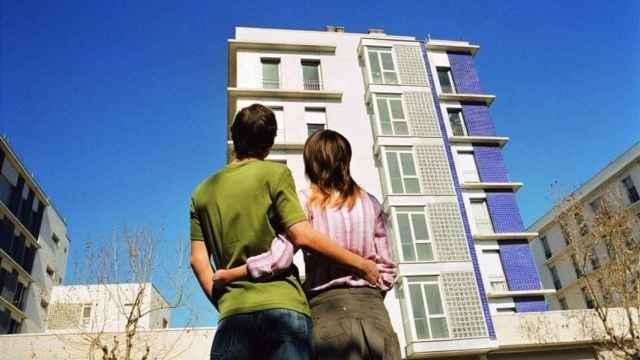 Jóvenes mirando la vivienda de sus sueños.