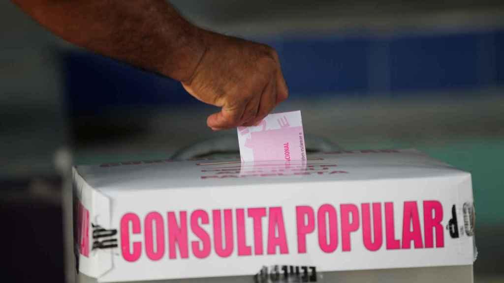 Una urna de la consulta popular celebrada en México este domingo 1 de agosto.