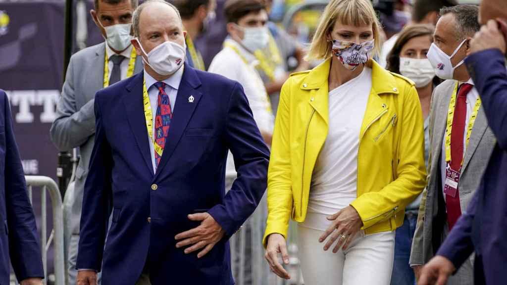 Charléne de Mónaco y el príncipe Alberto, durante el Tour de Francia, en agosto de 2020.