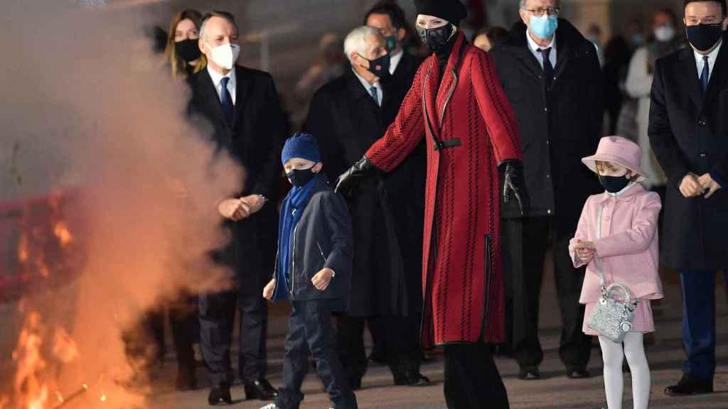 Charlène de Mónaco, junto a sus hijos en la celebración de Santa Devota, uno de los últimos actos públicos en los que se les ha visto juntos.