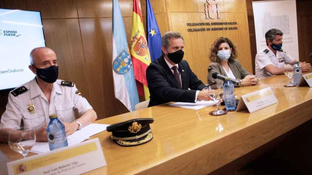 El jefe superior de Policía de Galicia, José Luis Balseiro; el delegado del Gobierno en Galicia, José Miñones; la subdelegada, María Rivas, y el jefe de brigada provincial de la policía judicial de Galicia, Pedro Agudo, este lunes en rueda de prensa.