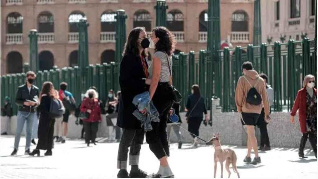 Personas con mascarilla en el centro de Valencia.
