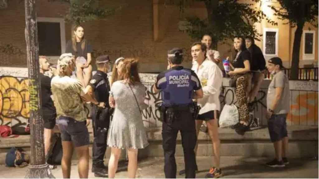 La Policía Municipal habla con un gripo de jóvenes en Madrid.