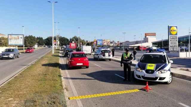 La Policía de Santa Pola en un control en Gran Alacant.