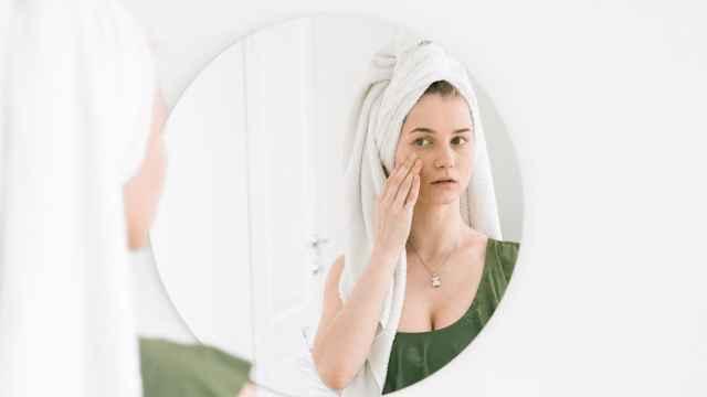 Chica aplicando su rutina de belleza facial.