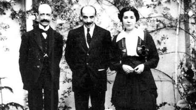 Manuel de Falla, Gregorio Martínez Sierra y María Lejárraga en la terraza del domicilio del matrimonio. Fundación Archivo Manuel de Falla.