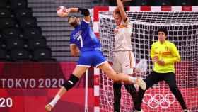 España intentando defender un ataque de Rusia en el duelo de balonmano femenino en Tokio