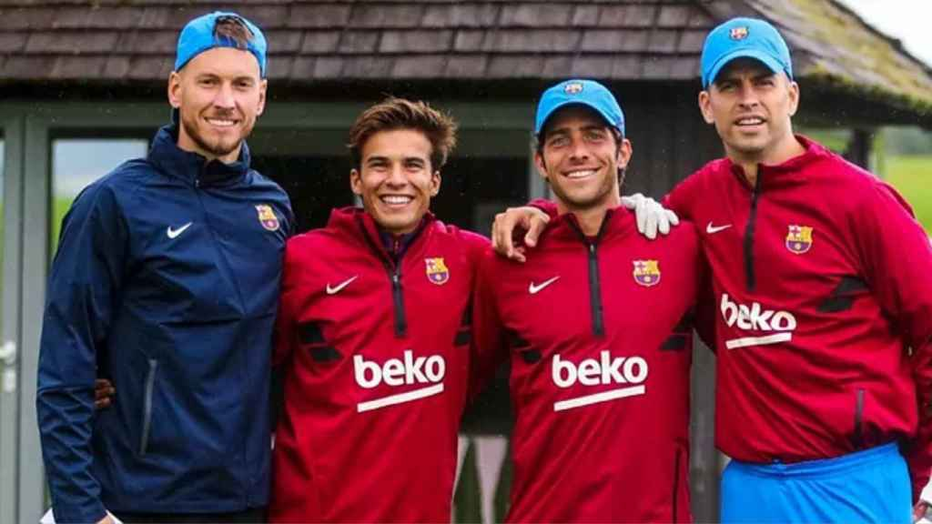Piqué y otros jugadores del Barça juegan al golf