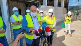 José Luis Martínez Guijarro, este lunes en su visita a las obras del hospital de Cuenca