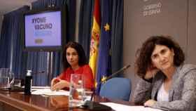 La secretaria de Estado de Sanidad, Silvia Calzón (i), junto a la portavoz del Ministerio de Sanidad, María José Sierra Moros.