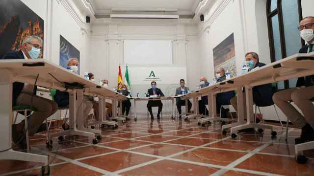 El Comité de Expertos, presidido por Juanma Moreno, reunido en Málaga