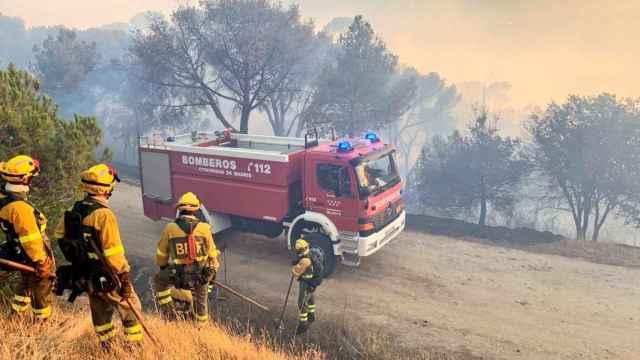 Los bomberos durante las labores de extinción del incendio del pantano de San Juan.
