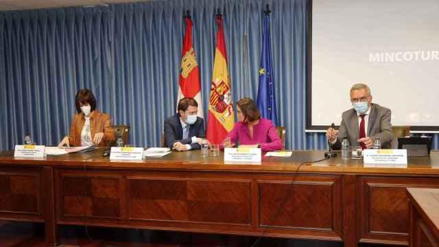 El presidente de Castilla y León, Alfonso Fernández Mañueco, y la ministra Reyes Maroto dialogan en la Mesa de la Automoción.