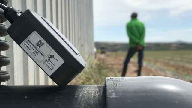 La solución de Spherag aúna hardware y software para monitorizar y operar de forma remota y en tiempo real sobre una finca o campo de cultivo.