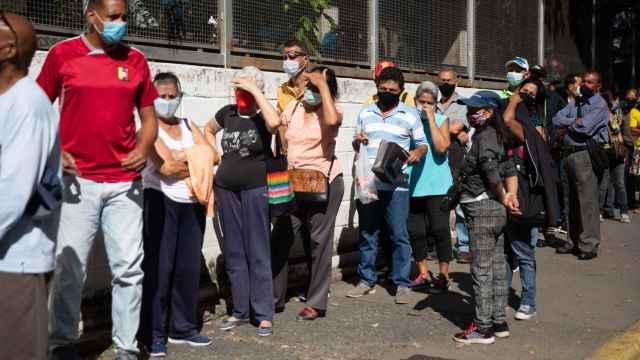 Varias personas hacen fila para ingresar a un centro de vacunación, el 30 de julio, en Caracas.